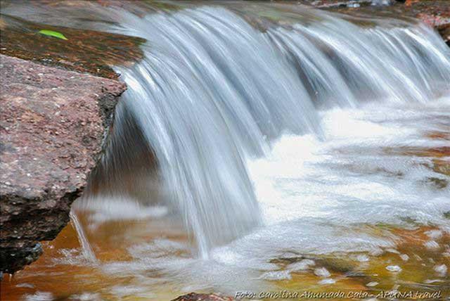 Каньо-Кристалес очень необычная река, в зависимости от времени года река приобретает различные яркие цвета.