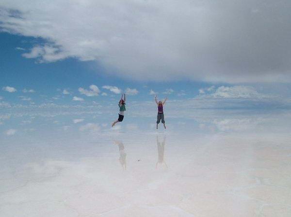Салар де Юни (Salar de Uyuni) - это солончак, то есть высохшее соляное озеро.