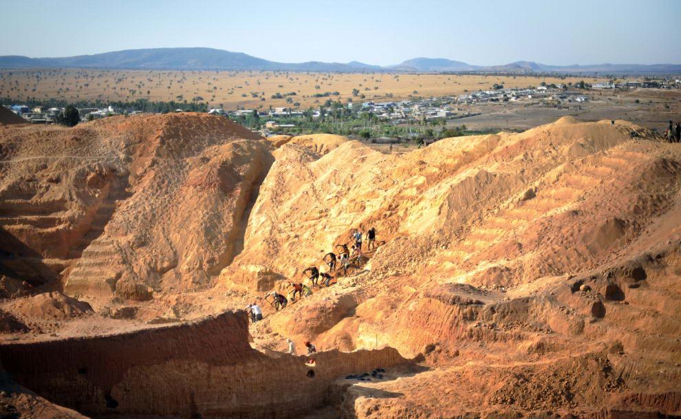 Горняки работают на сапфировой шахте.
