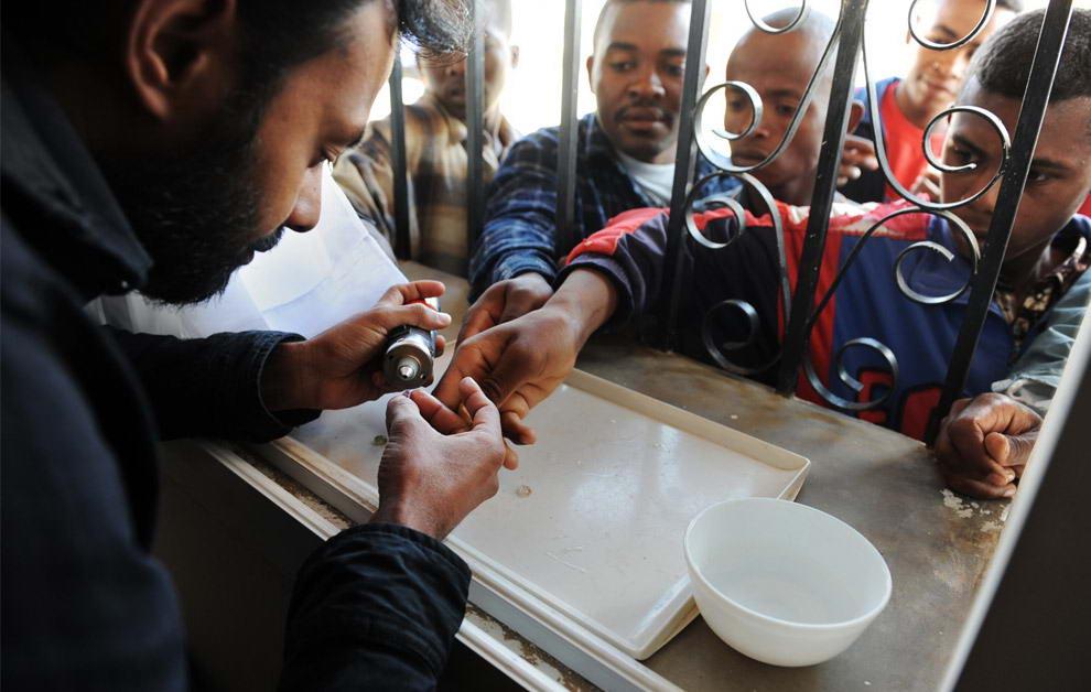 Нушад Хаджирва с острова Шри-Ланка (слева), опытный покупатель драгоценных камней рассматривает сапфиры, которые ему предлагают местные старатели
