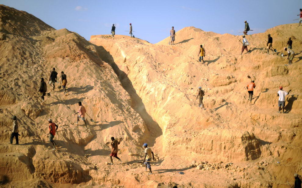 Старатели карабкаются по стенам сапфировой шахты, расположенной у деревни Илакака.