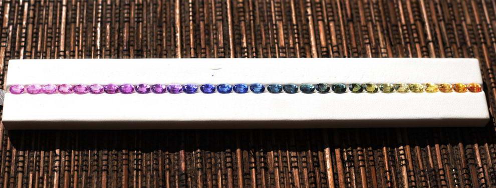 Сапфиры разных цветов выставлены в местной ювелирной мастерской в Илакаке на Мадагаскаре.
