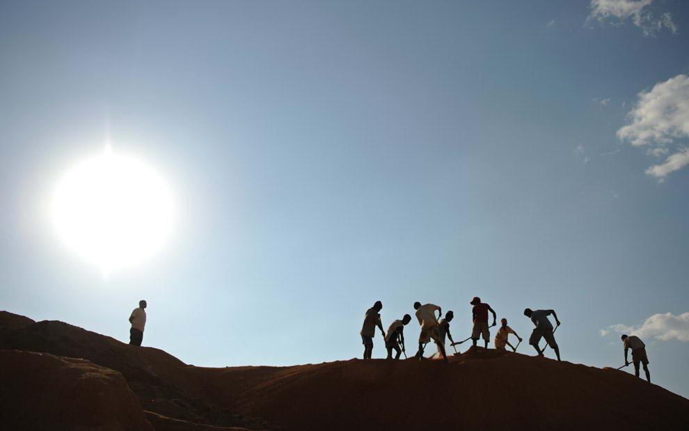 Старатели трудятся на верхней части большой сапфировой шахты в поисках драгоценных камней