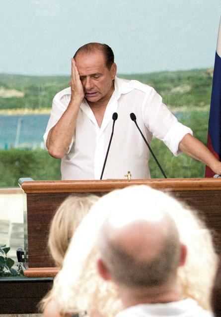 Сильвио Берлускони искренне сожалеет о чем-то.