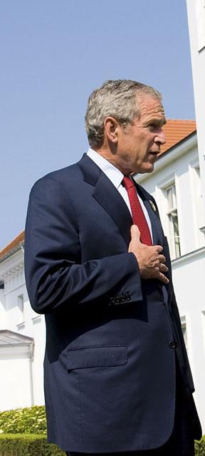 Если верить языку жестов, Джордж Буш, прижав правую руку к сердцу, показывает собеседнику свою искренность.