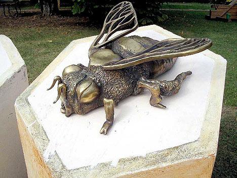 В парке Кузьминки (Москва), лежит на шестигранной тумбе пчела.
