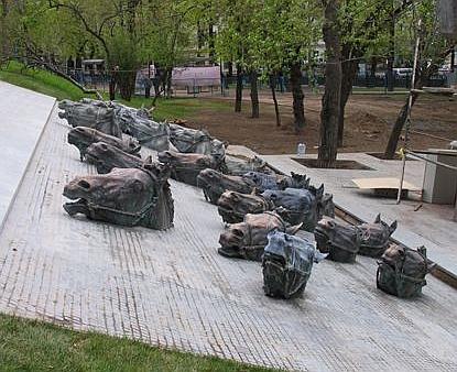 Двадцать лошадиных голов следуют на Гоголевском бульваре (Москва) за лодкой Шолохова.