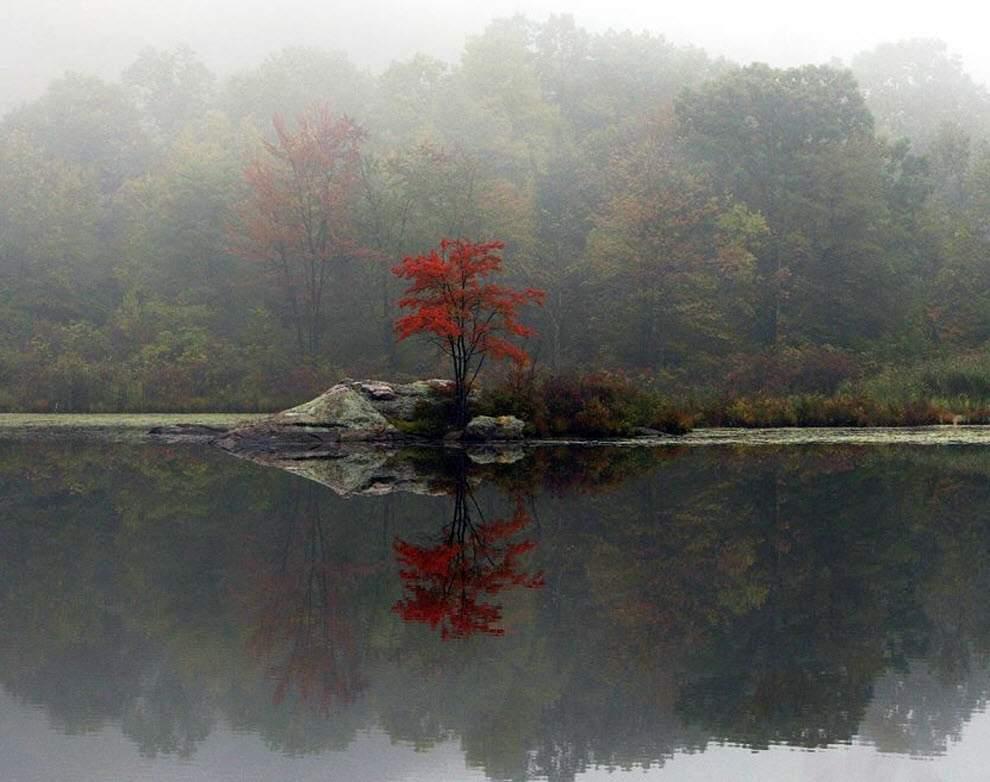 Туман поднимается от озера в Хайландс, штат Нью-Йорк.