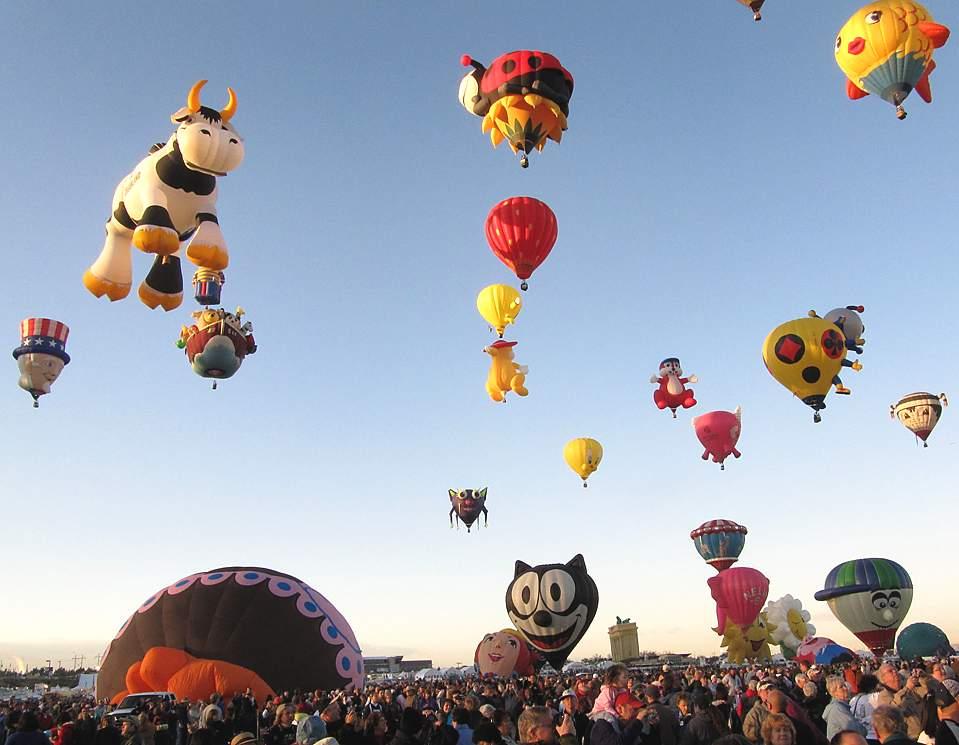 Воздушные шары в небе во время фестиваля «Albuquerque International Balloon Fiesta» в Альбукерке.