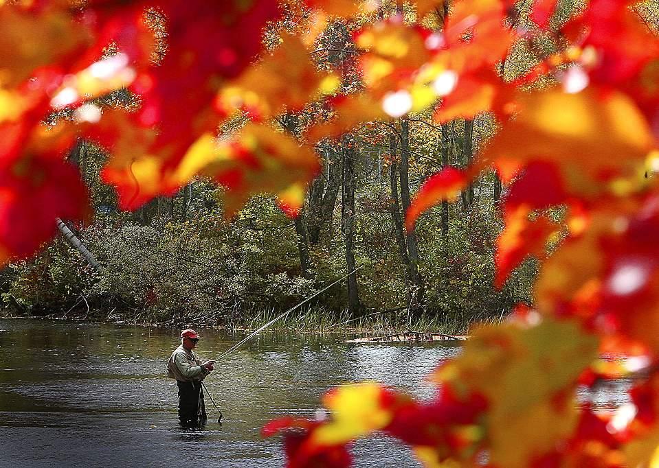 71-летний Лин Уолтерс ловит рыбу на реке Мерримитинг в городе Алтон, Нью-Гемпшир.