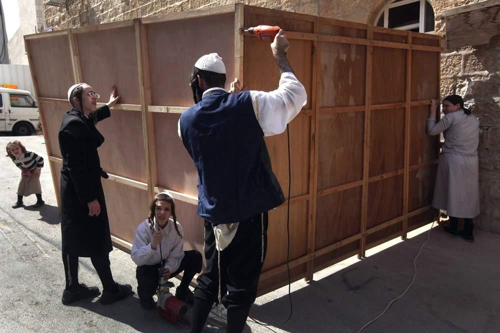 Перед Суккотом иудеи строят шалаши