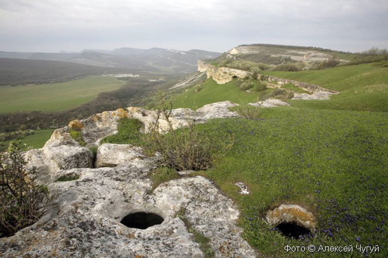 Остатки каменных пифосов для брожения вина на плато пещерного города Бакла, Бахчисарайский район, Юго-западный Крым