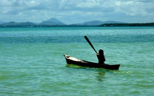 люди в море на лодке