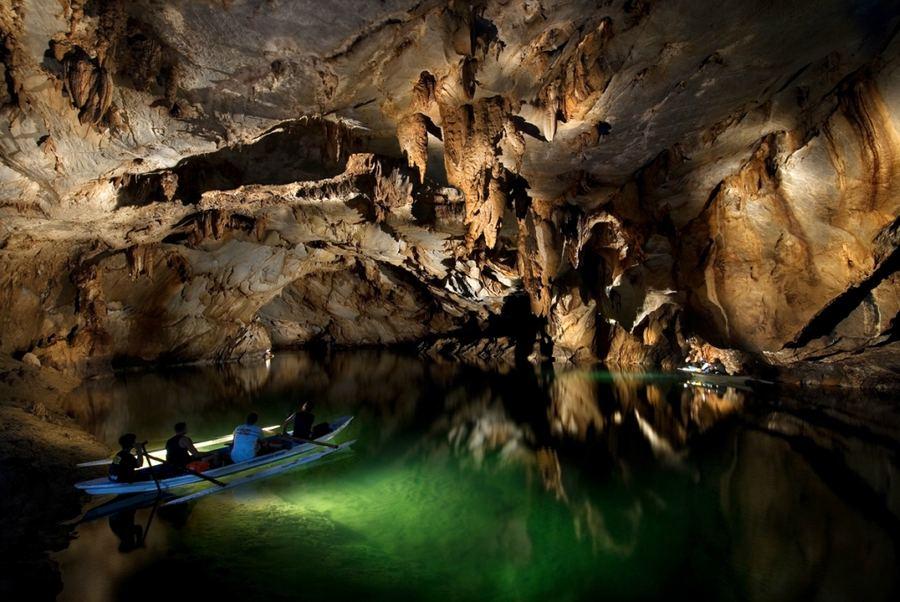 Реку пещеру украшают многочисленные