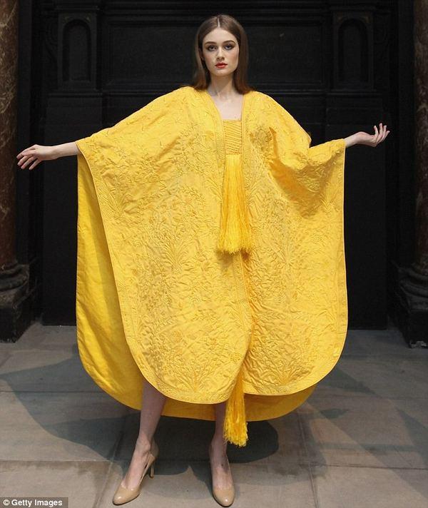Уникальное платье из паутины пауков-кругопрядов
