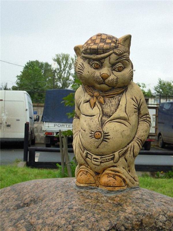 Памятники и скульптуры кошкам