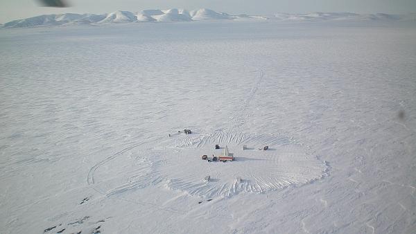 Бурильщики на льду озера Эльгыгытгын (фото Jens Karls).