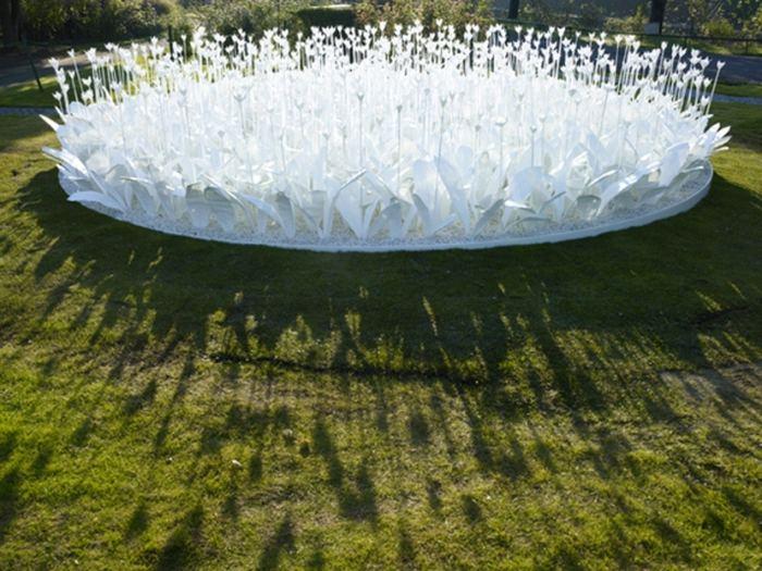 Клумба из бумажных цветов в японском парке Нагасаки