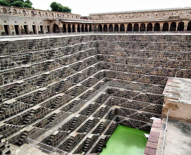 Ступенчатый колодец Чанд Баори в Индии