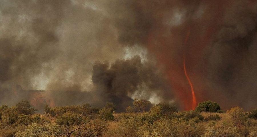 Огненный смерч высотой 30 метров