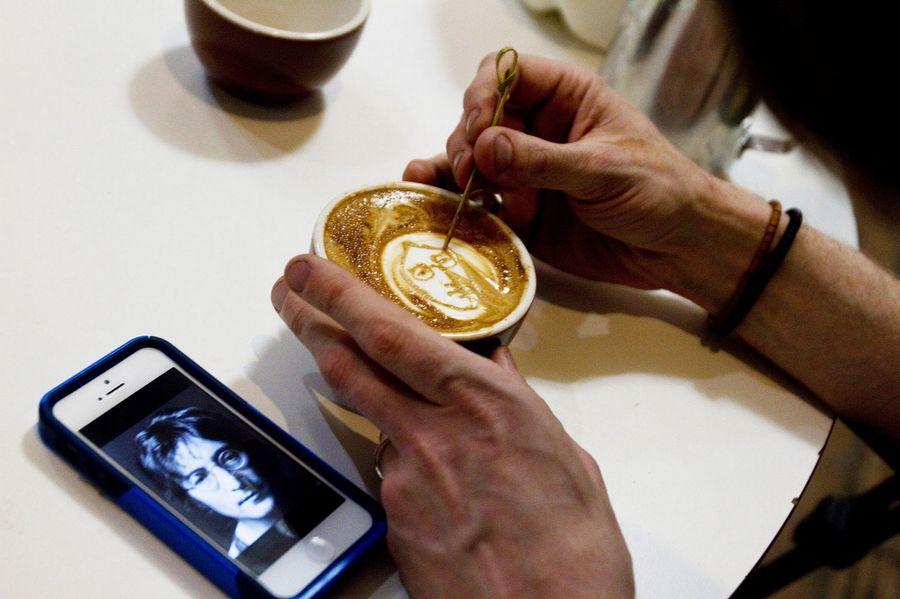 Талантливый художник рисует известные лица на кофейной пенке