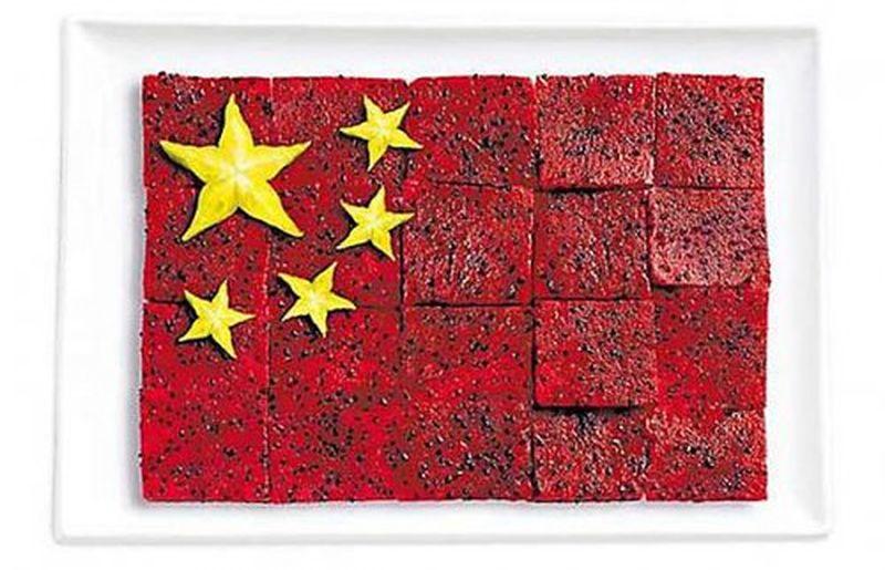 Флаг китая оформили с помощью питайи и