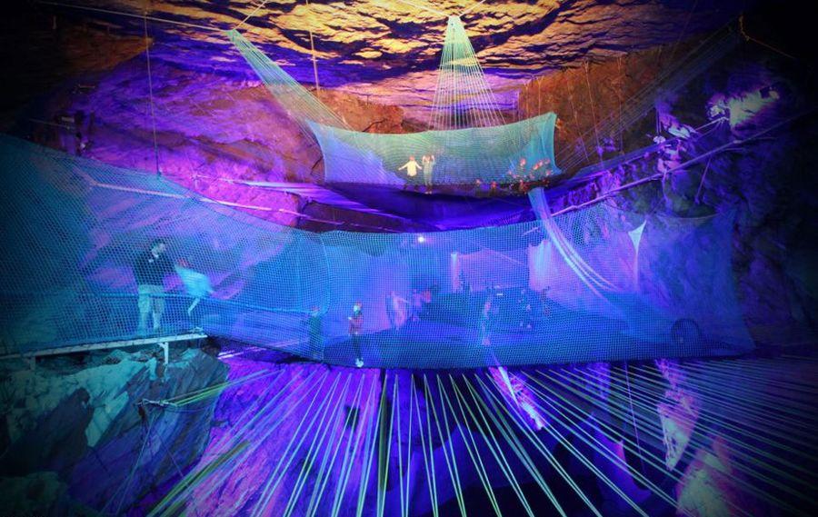 Bounce Below - самый большой в мире подземный батут