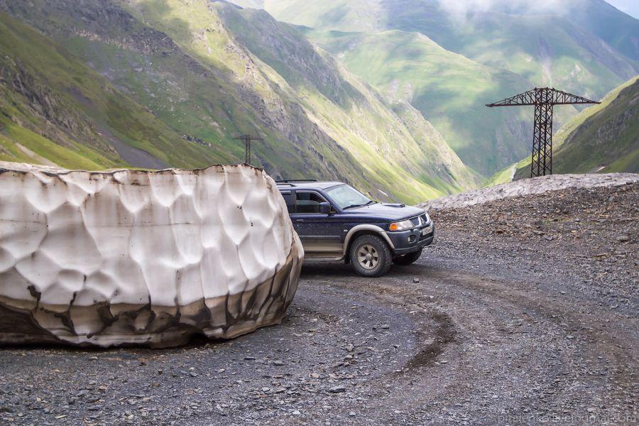 Летом в горах выше 2000 метров лежат вот такие снежки