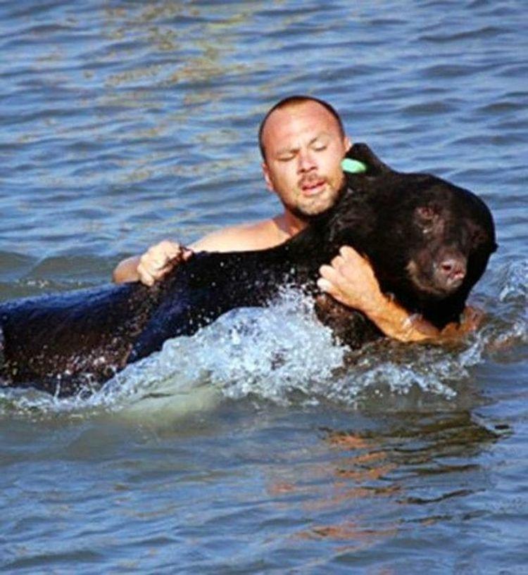Полицейский рискнул своей жизнью ради тонувшего барибала