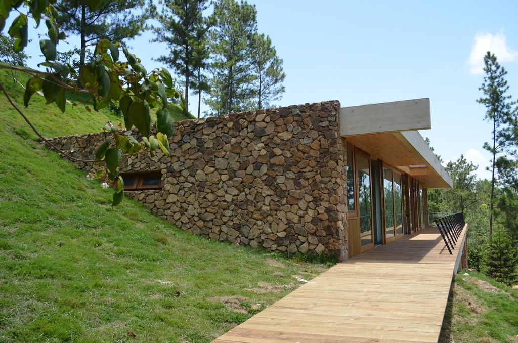 Уютный дом на склоне горы