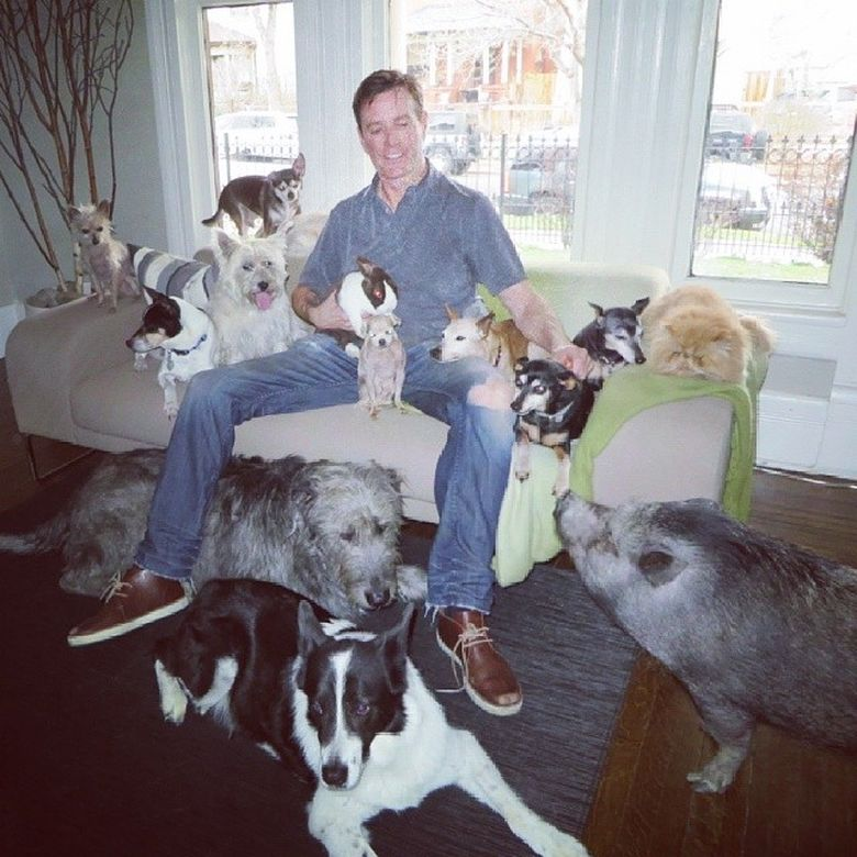 Мужчина, который живет с 10 собаками и поросенком