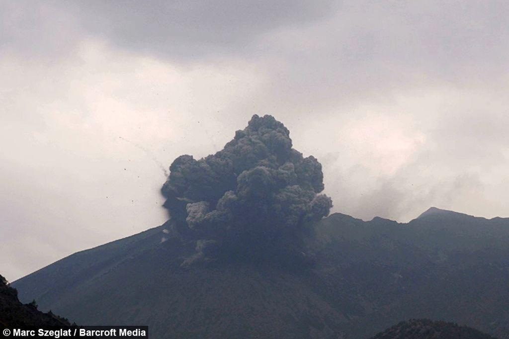 Редкие вулканические молнии удалось снять на видео в Японии