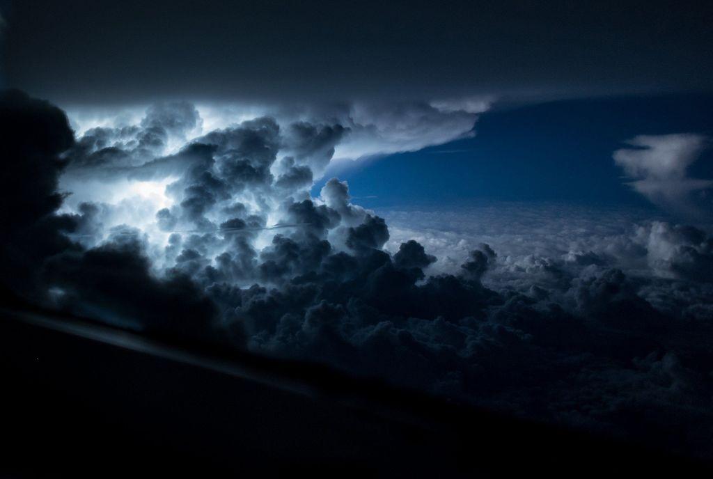 Захватывающие снимки, сделанные пилотом прямо из кабины самолёта